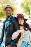 amie de sourire étreignant son ami dans le chapeau de paille Photo stock