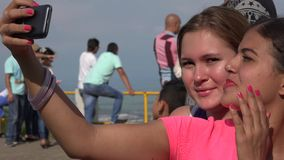Amie de touristes prenant Selfie clips vidéos