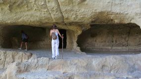 Amie de voyageuse de deux filles visitant la ville antique de caverne banque de vidéos
