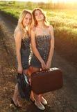 Amie deux de sourire, avec la valise à la campagne Photos libres de droits