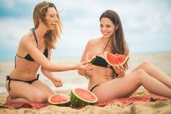 Amie deux se reposant sur la plage d'été Image stock