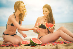 Amie deux se reposant sur la plage d'été Image libre de droits
