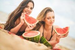 Amie deux se reposant sur la plage d'été Images libres de droits