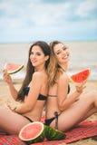 Amie deux se reposant sur la plage d'été Photos stock