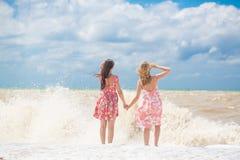 Amie deux sur la plage Images libres de droits