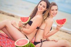 Amie deux sur la plage d'été Images libres de droits