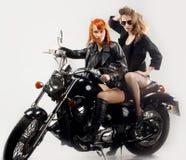 Amie deux sur une motocyclette Photos libres de droits