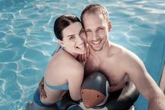 Amie drôle et ami grimaçant dans la piscine Images libres de droits
