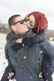 Amie embrassant un ami sur la joue Images stock