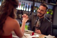 Amie engagée par homme très heureux dans le restaurant Images libres de droits