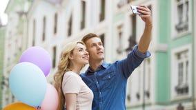 Amie et ami étreignant dans la rue et prenant le selfie, photos romantiques Images libres de droits