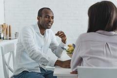 amie et ami d'afro-américain parlant pendant le petit déjeuner Photo stock