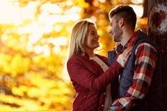 Amie et ami dans l'amour le jour ensoleillé en parc Photographie stock