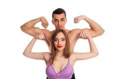 Amie et ami montrant des muscles Images libres de droits