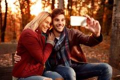 Amie et ami prenant le selfie avec le téléphone portable dans Photographie stock