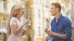 Amie et ami regardant l'un l'autre avec amour, faisant des bulles de savon Images libres de droits