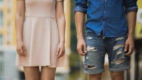 Amie et ami se tenant l'un à côté de l'autre, jeunes couples dans l'amour Photos libres de droits