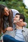 Amie et ami souriant dehors. Photos libres de droits