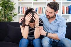 Amie et appui déprimés de consolation d'ami dans le difficul Photo libre de droits