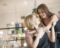 Amie féminine de embrassement de femme heureuse en café Photos libres de droits