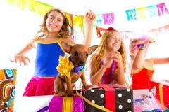 Amie font la fête la danse avec les présents et le chiot Photo stock