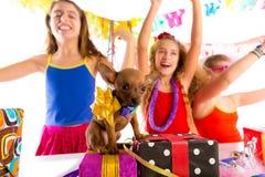 Amie font la fête la danse avec les présents et le chiot Photos stock