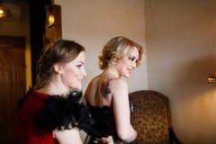 Amie habillant la jeune mariée Images libres de droits