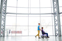 Amie handicapée de aide Photographie stock
