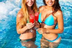 Amie heureuse avec une boisson sur une partie d'été par la piscine Photo libre de droits