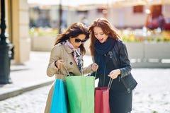 Amie heureuse de deux filles faisant des achats dans la ville Photographie stock