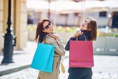 Amie heureuse de deux filles faisant des achats dans la ville Image libre de droits