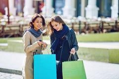 Amie heureuse de deux filles faisant des achats dans la ville Photo stock