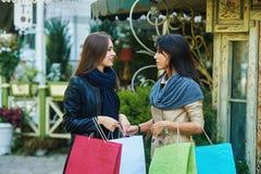 Amie heureuse de deux filles faisant des achats dans la ville Photo libre de droits