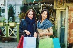 Amie heureuse de deux filles faisant des achats dans la ville Photos libres de droits