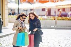 Amie heureuse de deux filles faisant des achats dans la ville Image stock