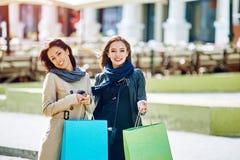 Amie heureuse de deux filles faisant des achats dans la ville Images libres de droits