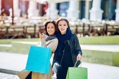 Amie heureuse de deux filles faisant des achats dans la ville Photos stock