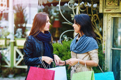 Amie heureuse de deux filles faisant des achats dans la ville Images stock