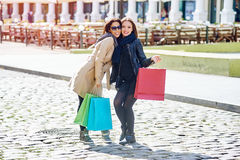 Amie heureuse de deux filles faisant des achats dans la ville Photographie stock libre de droits