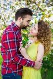 Amie heureuse de embrassement de jeune homme dans le jardin Images libres de droits