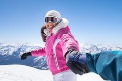 Amie heureuse en hiver Image stock