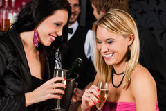 Amie heureux avec des boissons appréciant la réception Images libres de droits