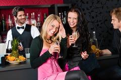 Amie heureux avec des boissons appréciant la réception Image stock