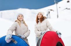 Amie heureux avec des tubes de neige dehors Images libres de droits