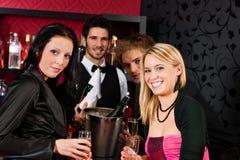 Amie heureux boivent du champagne photographie stock