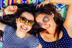 Amie heureux détendant sur la plage Images libres de droits