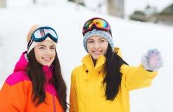 Amie heureux dans des lunettes de ski dehors Photo libre de droits