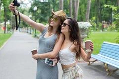 Amie heureux de touristes prenant des photos de selfie Photographie stock