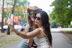 Amie heureux de touristes prenant des photos de selfie Images stock