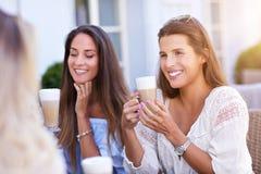 Amie heureux en café pendant l'heure d'été Photographie stock libre de droits